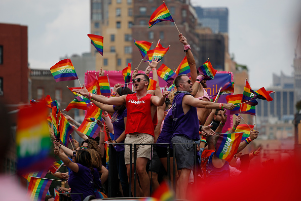 LGBTQIA Pride Event「New Yorkers Celebrate Gay Pride With Annual Parade」:写真・画像(1)[壁紙.com]