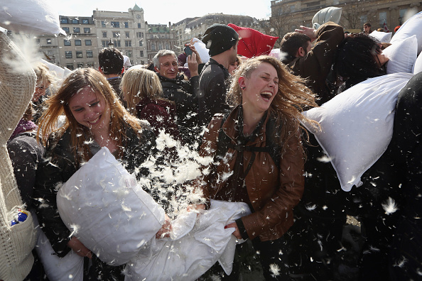 Pillow「World Pillow Day Is Celebrated In Trafalgar Square」:写真・画像(1)[壁紙.com]