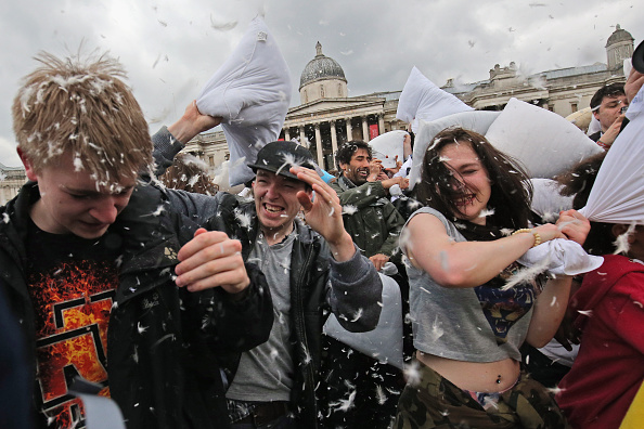 Bedding「Londoners Participate In World Pillow Fight Day In Trafalgar Square」:写真・画像(19)[壁紙.com]