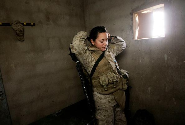 女「Female Marines Work Checkpoint In Fallujah After Ambush」:写真・画像(16)[壁紙.com]