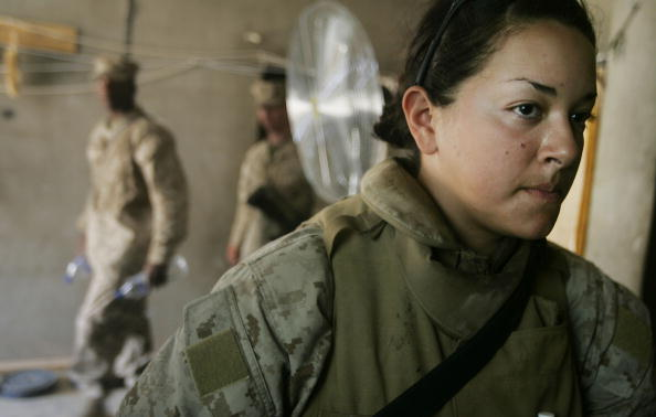 女「Female Marines Work Checkpoint In Fallujah After Ambush」:写真・画像(5)[壁紙.com]