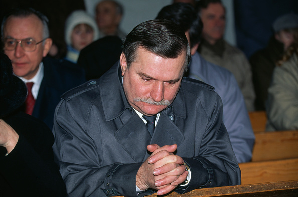 Hands Clasped「Walesa During Election」:写真・画像(8)[壁紙.com]
