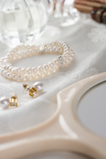 Hand Mirror「Pearl Earrings and Bracelet」:スマホ壁紙(17)