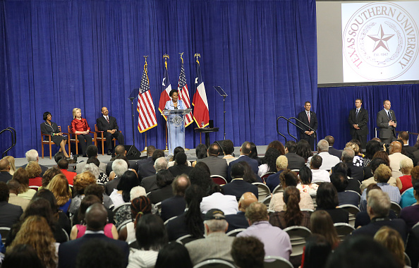 Texas Southern University「Hillary Clinton Attends The Barbara Jordan Inaugural Gold Medallion Leadership Award Ceremony」:写真・画像(12)[壁紙.com]