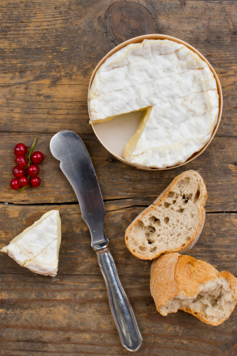 Cheese Knife「Camember cheese with red currant and baguette on wooden table」:スマホ壁紙(6)