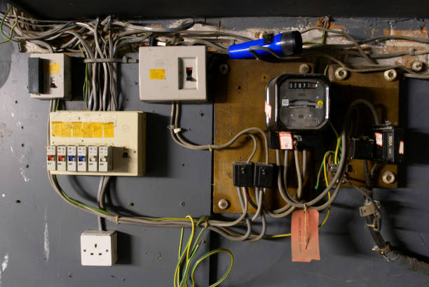 Old electrical installation with switch box, meter and fuse box:ニュース(壁紙.com)