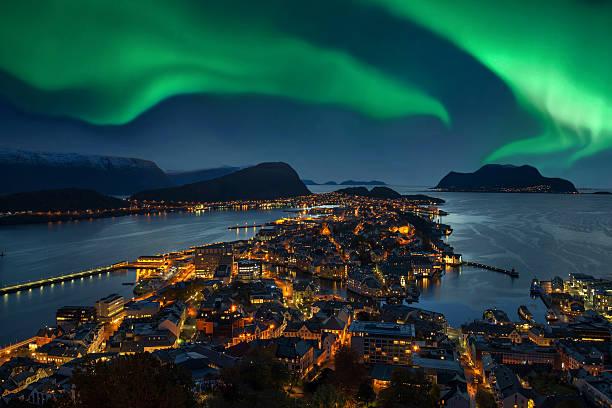 Northern lights - Green Aurora borealis over Alesund, Norway:スマホ壁紙(壁紙.com)