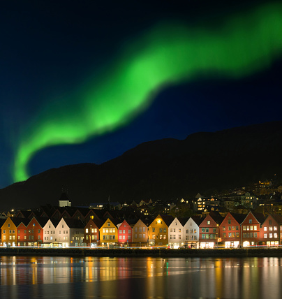 Town Square「Northern lights - Aurora borealis over Bryggen in Bergen, Norway」:スマホ壁紙(18)