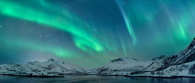 Green Color「Northern Lights over the Lofoten Islands in Norway」:スマホ壁紙(19)