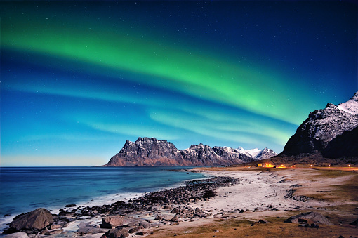 Awe「Northern lights over beach, Utakleiv, Nordland, Lofoten, Norway」:スマホ壁紙(8)