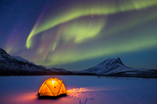 Tent「Northern lights over Alaska winter camp」:スマホ壁紙(1)