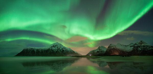 ノルウェー「Northern lights, Skagsanden beach, Lofoten, Norway」:スマホ壁紙(14)