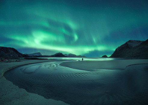 Awe「Northern lights over the beach, Lofoten, Norway」:スマホ壁紙(4)