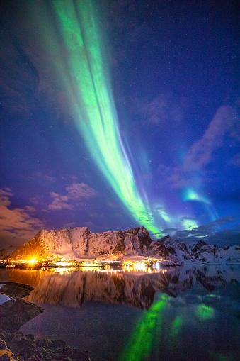 Lofoten「Northern lights in the sky of the Lofoten Islands in Norway」:スマホ壁紙(15)
