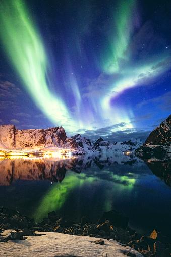 ノルウェー「ノルウェーのロフォーテン諸島の空のオーロラ」:スマホ壁紙(1)