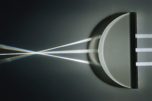 Convex「Light rays refracted by convex lens, close-up」:スマホ壁紙(13)