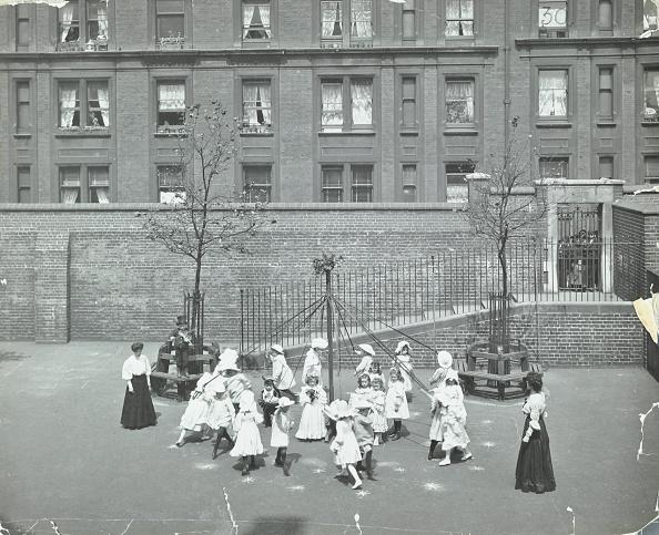 1900-1909「Dancing Around The Maypole, Hugh Myddelton School, Finsbury, London, 1906. Artist: Unknown.」:写真・画像(2)[壁紙.com]