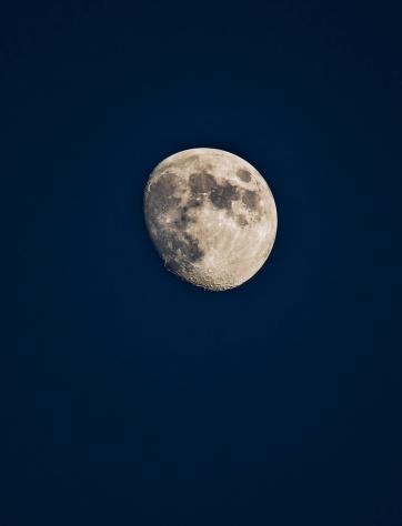月「Moon on dark sky」:スマホ壁紙(17)