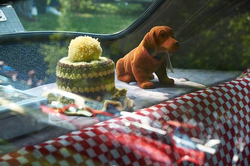 Figurine「Wobbler and crochet cover in vintage car, Adenauer Mercedes 300」:スマホ壁紙(19)