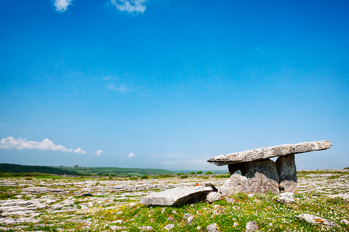 Limestone「Poulnabrone Dolmen Portal Tomb at The Burren in County Clare, Ireland.」:スマホ壁紙(12)