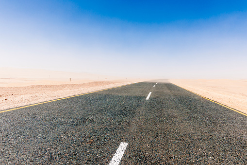 Empty Road「Namibia, Namib desert, road B4 southeast of Luederitz」:スマホ壁紙(11)