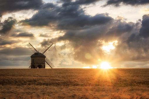春「UK, England, Warwickshire, Chesterton, Barley Field with windmill」:スマホ壁紙(8)