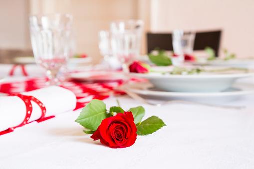 バレンタイン「Red rose on laid table at Valentines Day」:スマホ壁紙(10)