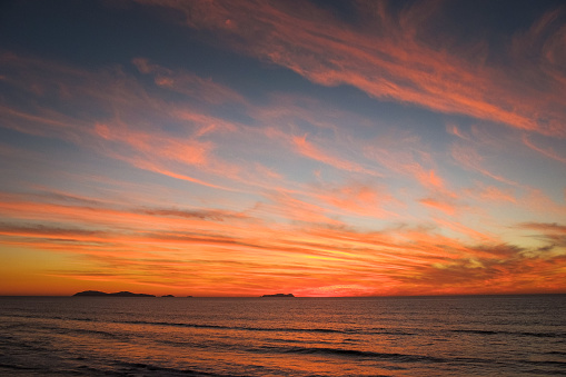 Pacific Ocean「A cloudy and colorful sunset on the Pacific Coast of Mexico」:スマホ壁紙(1)