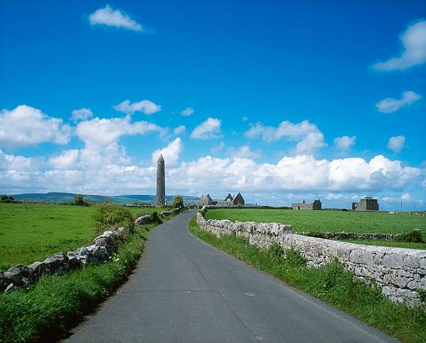 Round Tower at Kilmacduagh near Gort, Co Galway, Ireland:スマホ壁紙(壁紙.com)