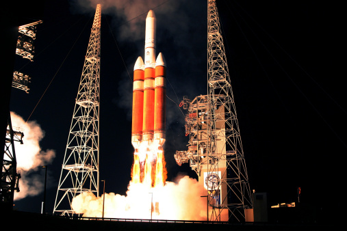 Delta「A Delta IV Heavy rocket lifts off.」:スマホ壁紙(10)
