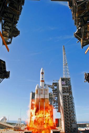 打ち上げロケット「A Delta IV Heavy Launch Vehicle launches from Vandenberg Air Force Base.」:スマホ壁紙(15)