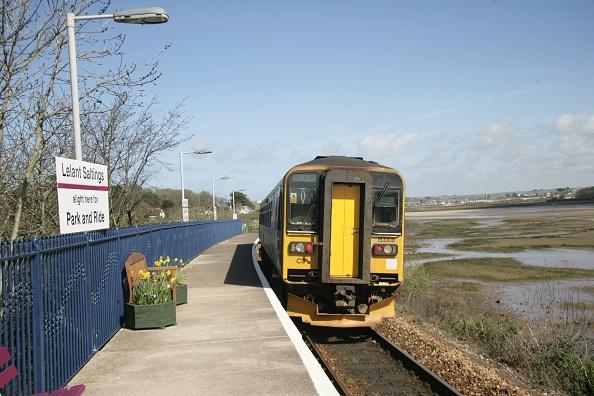 Station「The St Erth to St Ives shuttle train departing from Lelant Saltings station」:写真・画像(19)[壁紙.com]