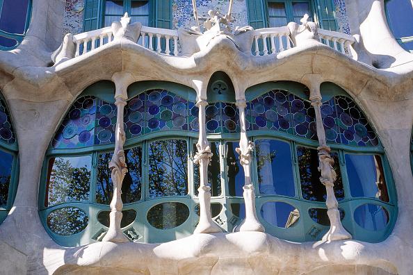 アントニ・ガウディ「Facade and window detail of Casa Batllo apartment building, designed by Antoni Gaudi Barcelona, Catalunya, Spain」:写真・画像(11)[壁紙.com]