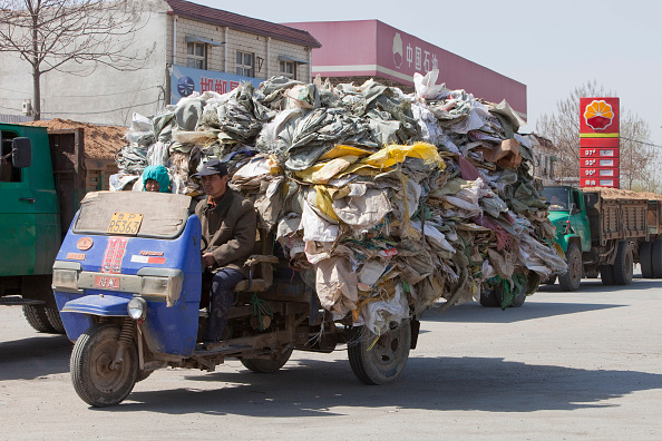 Close To「China recycles a lot of its raw materials, here a truck laden with plastic heads for a recycling plant near Xian city, Northern China」:写真・画像(17)[壁紙.com]