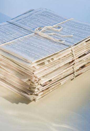 束「Pile of newspapers for recycling, studio shot」:スマホ壁紙(2)