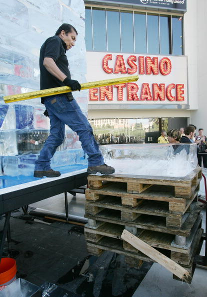 Ice Sculpture「Las Vegas Magician Nathan Burton Encases Himself In Ice」:写真・画像(3)[壁紙.com]