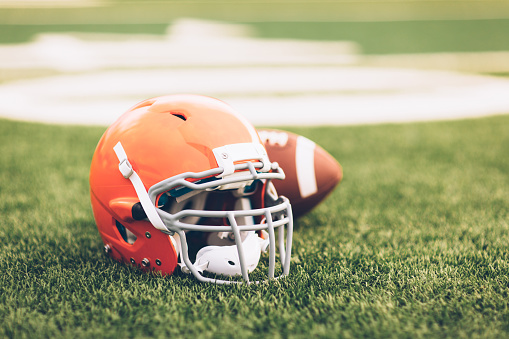 季節「フィールド上のオレンジ色のフットボール用ヘルメット」:スマホ壁紙(4)