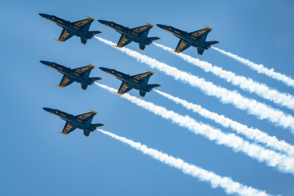 Blue「Blue Angels And Thunderbirds Flyover D.C. Area In Tribute Of Healthcare Workers And First Responders」:写真・画像(2)[壁紙.com]