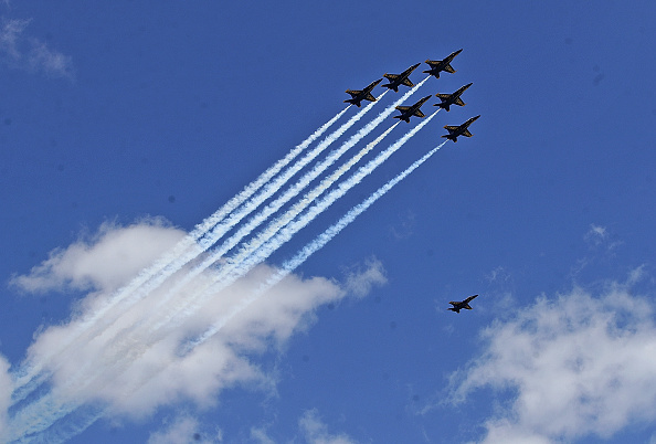 Daniel Gi「Blue Angels Fly Over Chicago In Tribute To Healthcare Workers」:写真・画像(0)[壁紙.com]