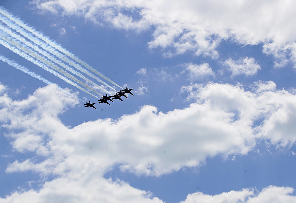 Daniel Gi「Blue Angels Fly Over Chicago In Tribute To Healthcare Workers」:写真・画像(1)[壁紙.com]