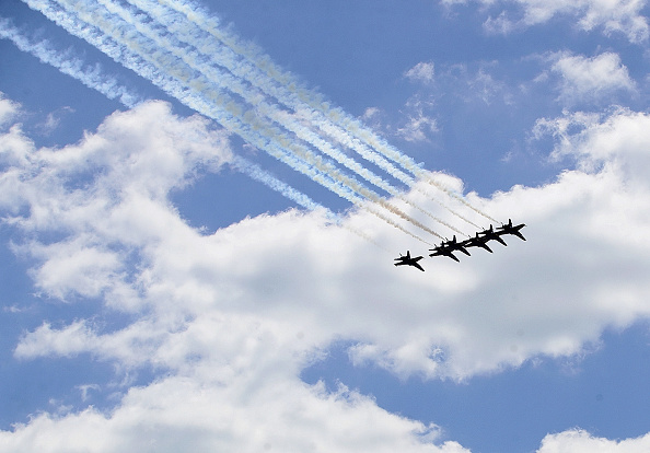 Daniel Gi「Blue Angels Fly Over Chicago In Tribute To Healthcare Workers」:写真・画像(6)[壁紙.com]
