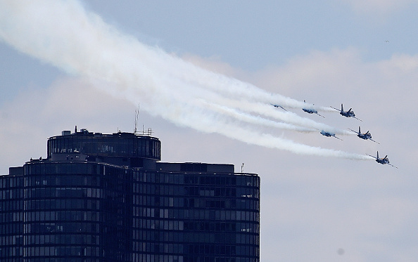 Daniel Gi「Blue Angels Fly Over Chicago In Tribute To Healthcare Workers」:写真・画像(8)[壁紙.com]