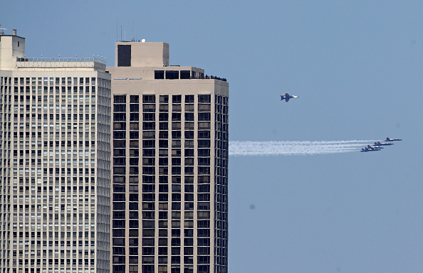 Daniel Gi「Blue Angels Fly Over Chicago In Tribute To Healthcare Workers」:写真・画像(4)[壁紙.com]