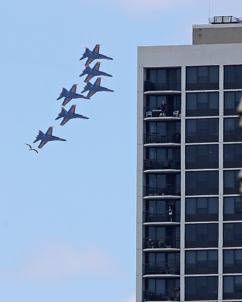 Daniel Gi「Blue Angels Fly Over Chicago In Tribute To Healthcare Workers」:写真・画像(3)[壁紙.com]
