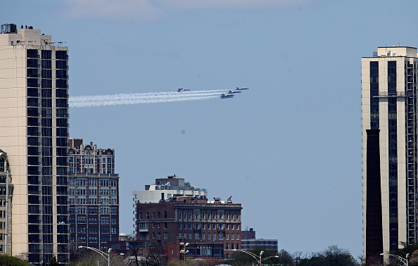 Daniel Gi「Blue Angels Fly Over Chicago In Tribute To Healthcare Workers」:写真・画像(5)[壁紙.com]