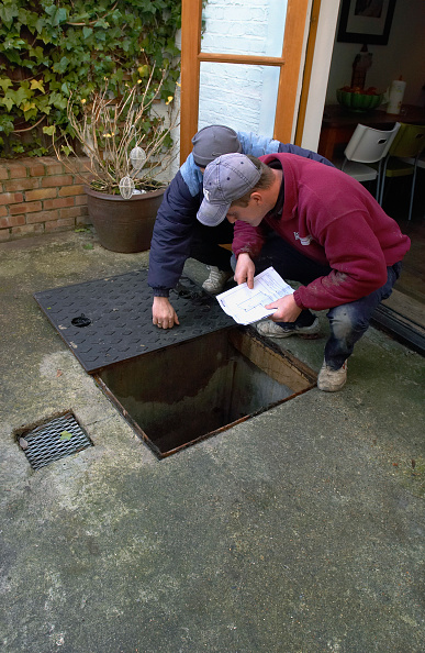 Finance and Economy「Builder inspecting a manhole.」:写真・画像(19)[壁紙.com]