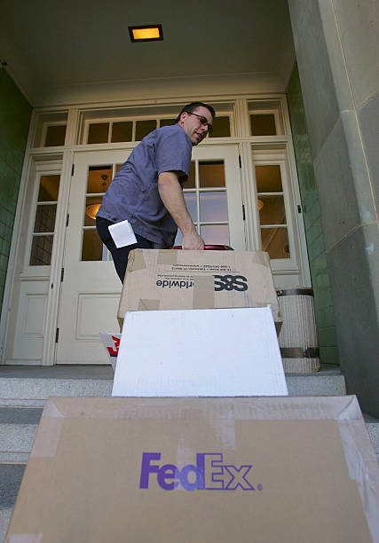 FedEx Delivers Packages As Holiday Shopping Season Continues:ニュース(壁紙.com)