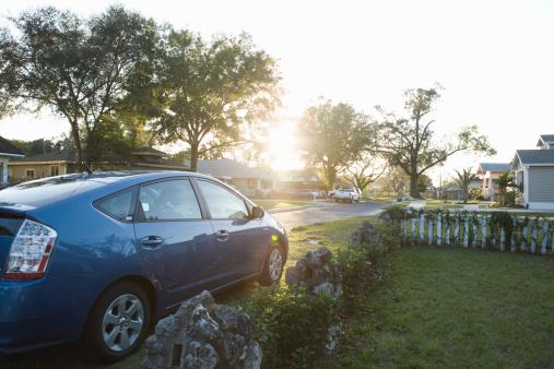 ハイブリッドカー「Hybrid car parked on street」:スマホ壁紙(19)