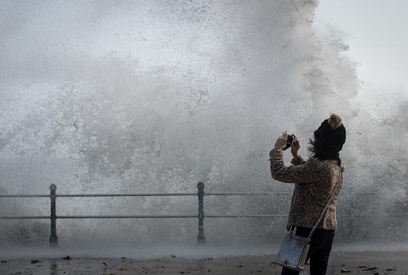 Wave「Hurricane Ophelia Hits The UK」:写真・画像(2)[壁紙.com]