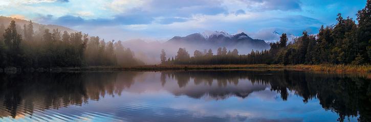 Westland - South Island New Zealand「Dawn Breaks Over Lake Matheson In New Zealand」:スマホ壁紙(6)